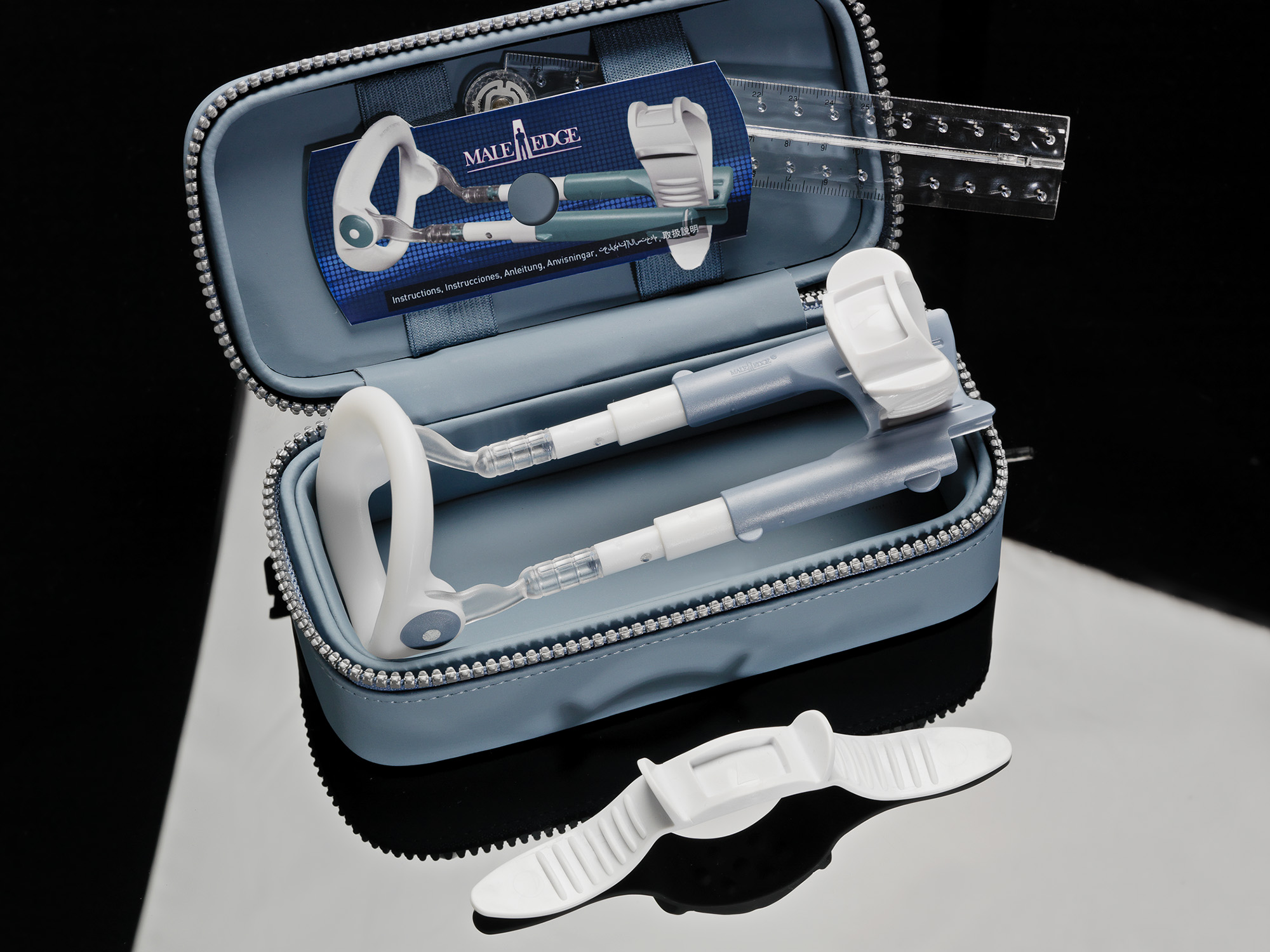 В комплект входят: фирменный чехол голубого цвета, индивидуальный тренажер роста MaleEdge BASIC бело-голубого цвета, ремешок каучуковый белого цвета, линейка, диск с инструкцией